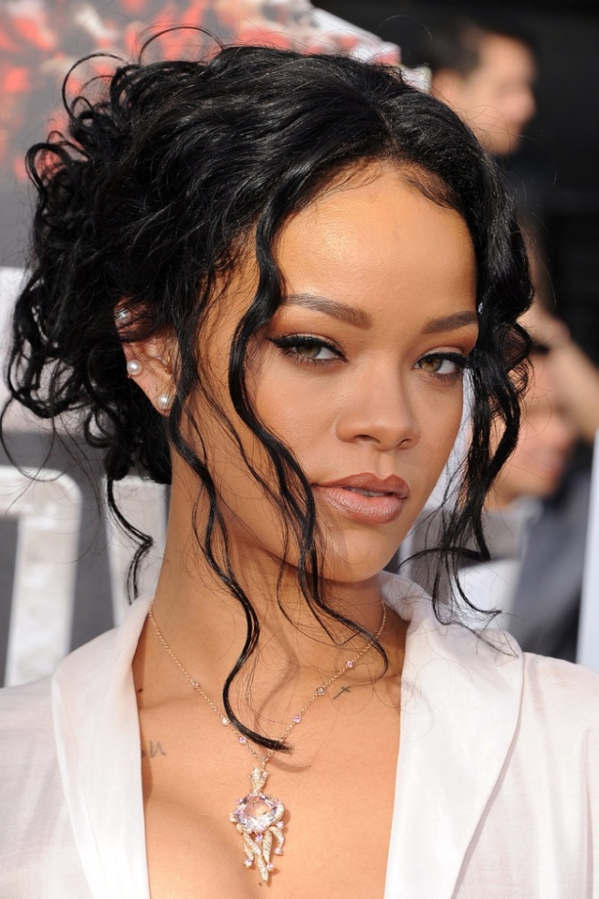 resized 4Rihanna-MTV-Movie-Awards-2014